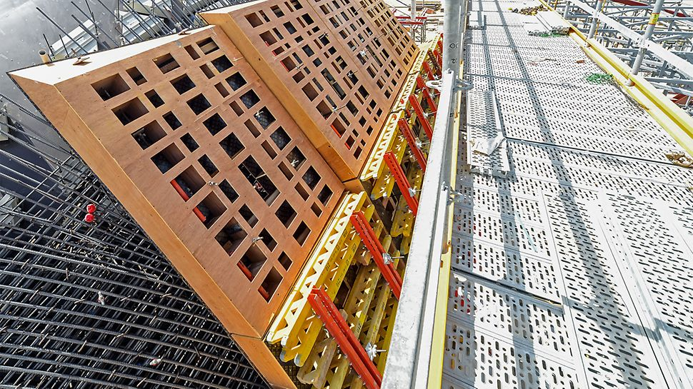 The project-specific planned and pre-assembled formwork elements have been designed with special recesses in order to optimize the weight of the segments and reduce material usage.
