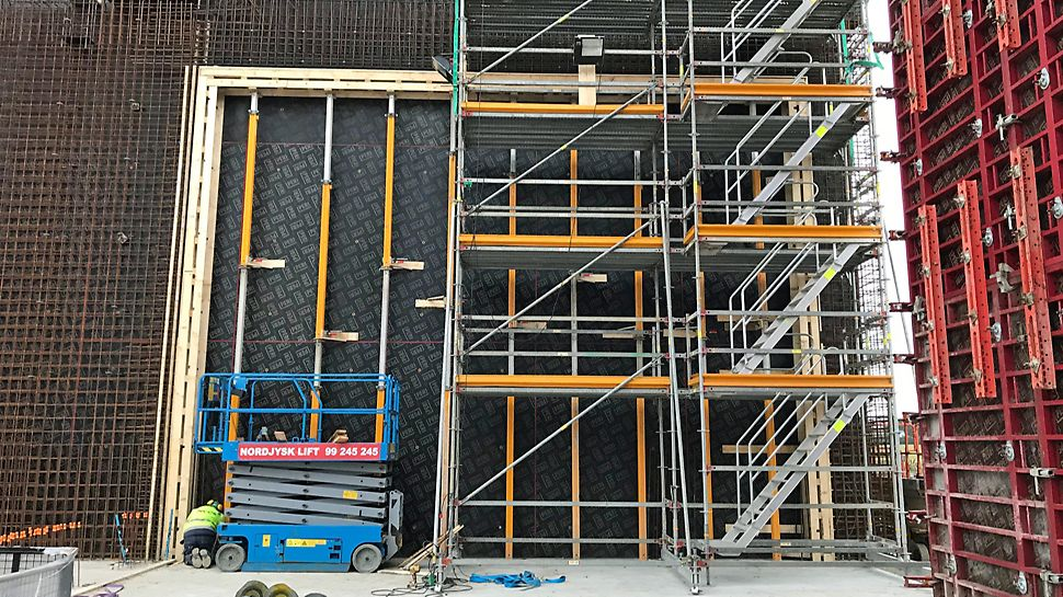 PERI UP Armerings stillads – hurtigt flyttet med et kran løft. Bemærk trappe sektionen.