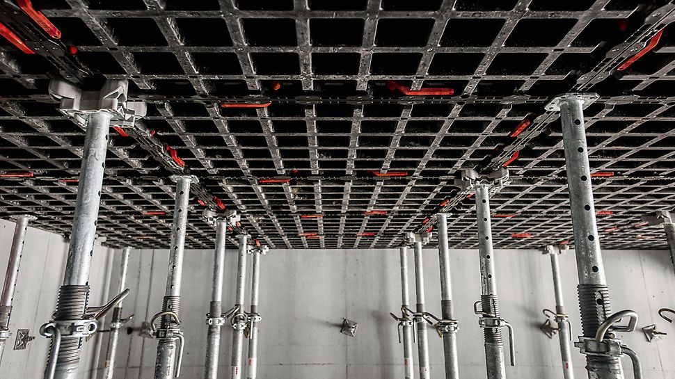 Concrete House: De vloeren worden gevormd door de horizontale toepassing van de DUO panelen. (Foto: seanpollock.com)