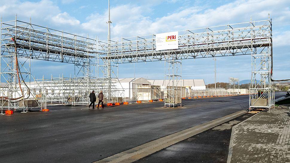 Через проезжие части были установлены кабельные мосты, собранные из системы PERI UP Flex и предназначенные для всех необходимых коммуникаций. В горном кластере такие мосты были практически на каждом объекте
