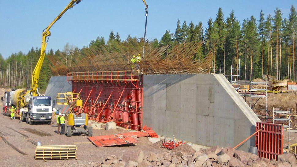 Sillan 55 m pitkä keskiseinä muotitettiin TRIO-järjestelmämuotilla.