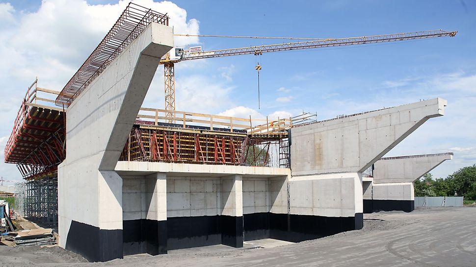 Zdjęcie: Wydajne formowanie estakad dojazdowych mostu MD7 systemem PERI VARIO opartym na wieżach ST 100