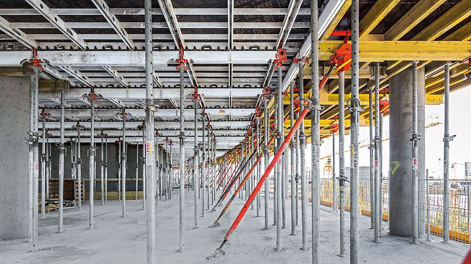 Warsaw Spire - Die bewährte SKYDECK unterstützt schnelles und systematisches Schalen der großen Deckenflächen. Bei den flankierenden Bürogebäuden wird die Alu Paneeldeckenschalung mit Deckentischen ergänzt.