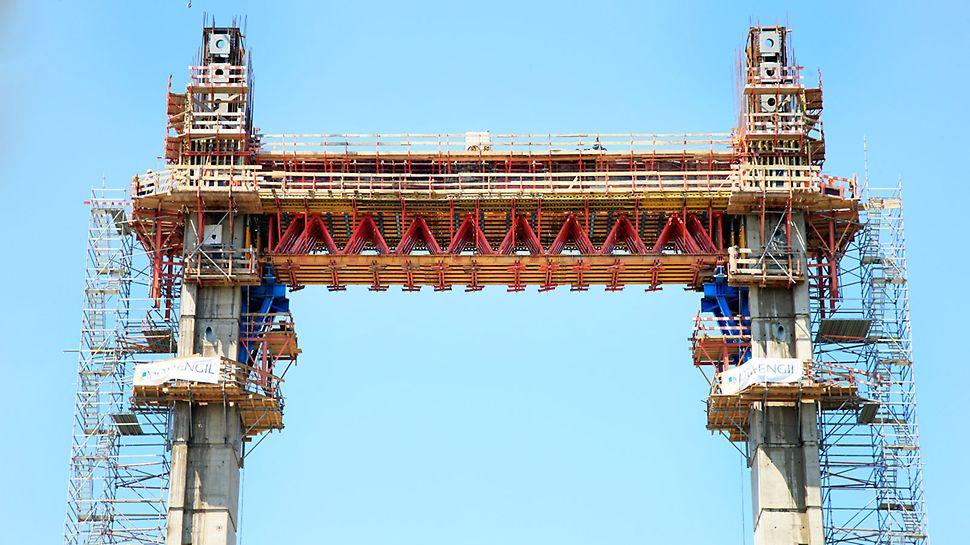 Kratownice HD wraz z deskowaniami  stanowiły optymalne rozwiązanie przy realizacji rygla, łączącego obie nogi pylonu 51 m nad poziomem terenu.