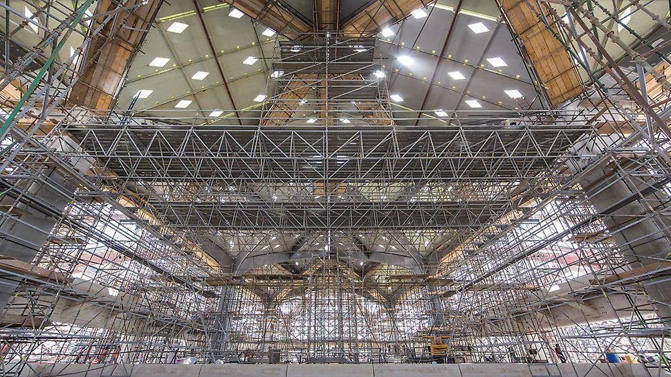 Plataformas desplazables, con una extensión de 25 m ofrecen superficies de trabajo seguras para diversas actividades en la cara inferior del techado de una estación de tren.