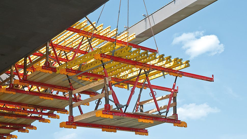 Die projektspezifische Lösung mit leichten Schalungseinheiten erlaubt schnelles und einfaches Umsetzen zum nächsten Betonierabschnitt mit dem Kran.