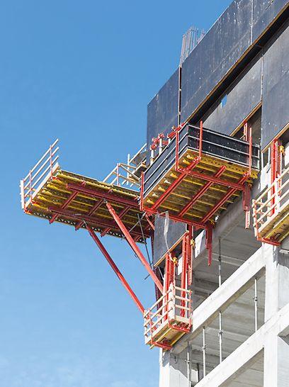 """Alon Towers """"BSR Center TLV"""", Tel Aviv: Pro vytvoření šikmých rohů stropů, vznikajících z důvodu nakloněné fasády, sloužily speciálně vytvořené rohové lávky na bázi systémových zařízení."""