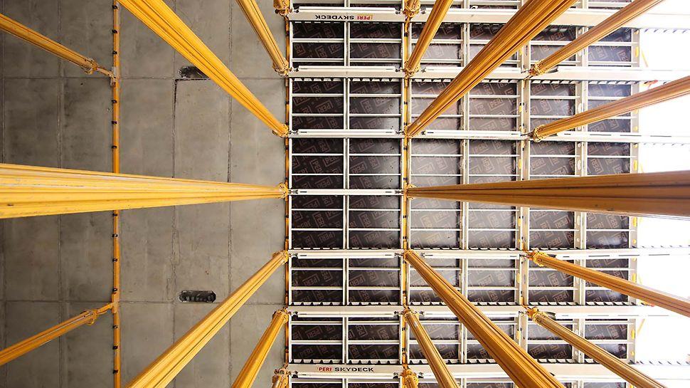 Der SKYDECK Aufbau mit leichten Längsträgern und Paneelen sorgt für eine systematische Montagefolge und schafft Freiraum unter der Schalung.