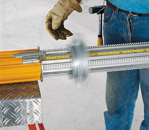 MULTIPROP Etai de dalle fileté : L'écrou rapide facilite considérablement les opérations de réglage. Le fût intérieur est dégagé et déployé par une simple action de la main.