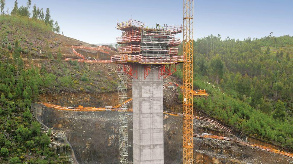 Subconcessão do Pinhal Interior - Lote 10 - Obras de Arte Especiais (V1, V2 e V3) - V3 (Rib.ª Pequena) - Consolas trepantes SKSF240 para pilares. Sistema de cofragem PERI TRIO. Torre de escadas PERI UP ROSETT.