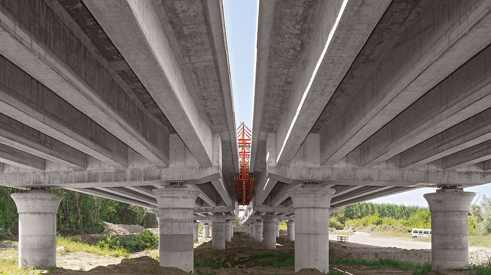 Autobahnbrücke über die Drau, Osijek, Kroatien - Die Fertigteilbalken der Vorlandbrücken lagern auf 180 cm starken Rundsäulen mit Pilzkopf.