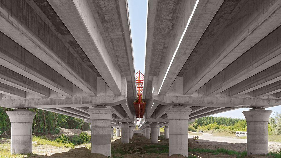 Most autoceste preko rijeke Drave, Osijek, Hrvatska - gotovi nosači inundacijskih mostova leže na kružnim stupovima debljine 180 cm s gljivastom glavom.