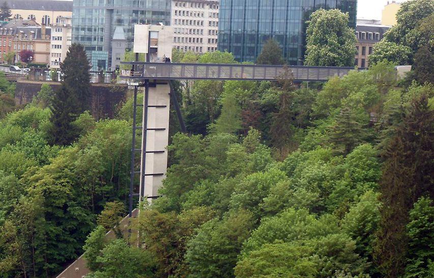 De 60 meter lange loopbrug overbrugt de helling van Eich naar de betonnen panoramalift