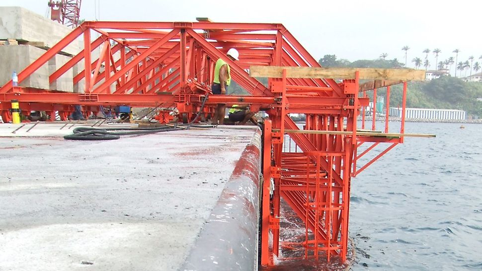 Cais Maritimo de Port Malabo - Aspecto da 1ª betonagem após descofragem e movimentação