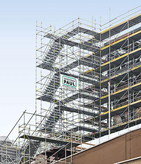 Сходові вежі PERI UP за з допомогою типових вузлів можуть бути легко інтегровані з фасадним риштуванням PERI.