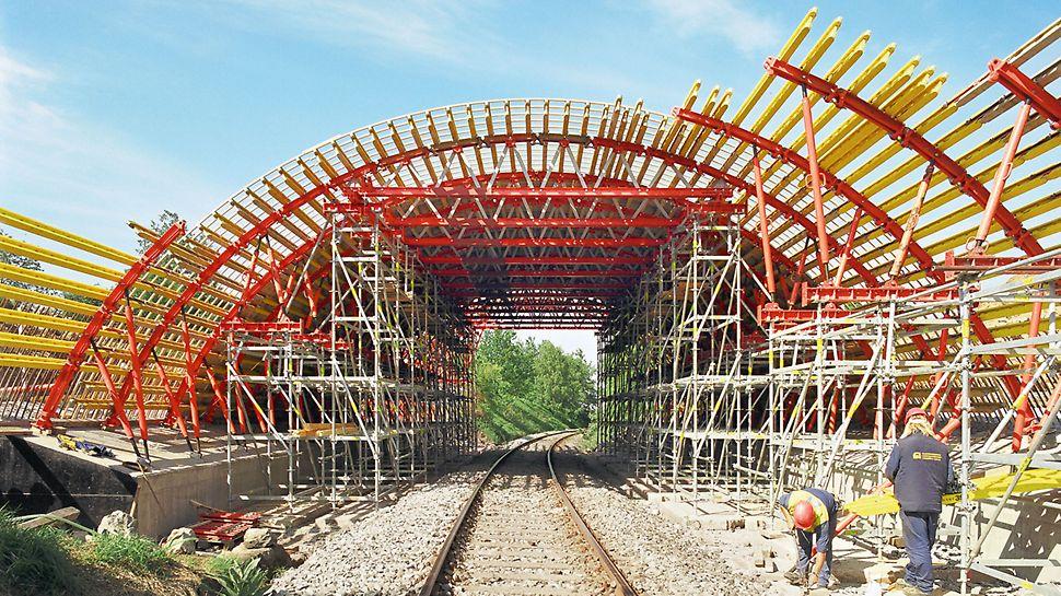 Kruhové debnenie GRV - v tomto prípade kombinované s oceľovými závorami, debniacimi nosníkmi a podpernou konštrukciou - je možné využiť aj pre oblúkové mosty.