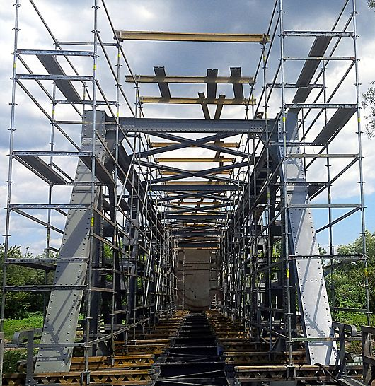 Pod km 3 + 724, CF 216, Ilia - Lugoj, la Dobra: Soluția PERI - Schelă PERI UP Rosett pentru asigurarea accesului materialelor, echipamentelor și personalului responsabil cu operațiunile de vopsire a structurii metalice a podului CF.