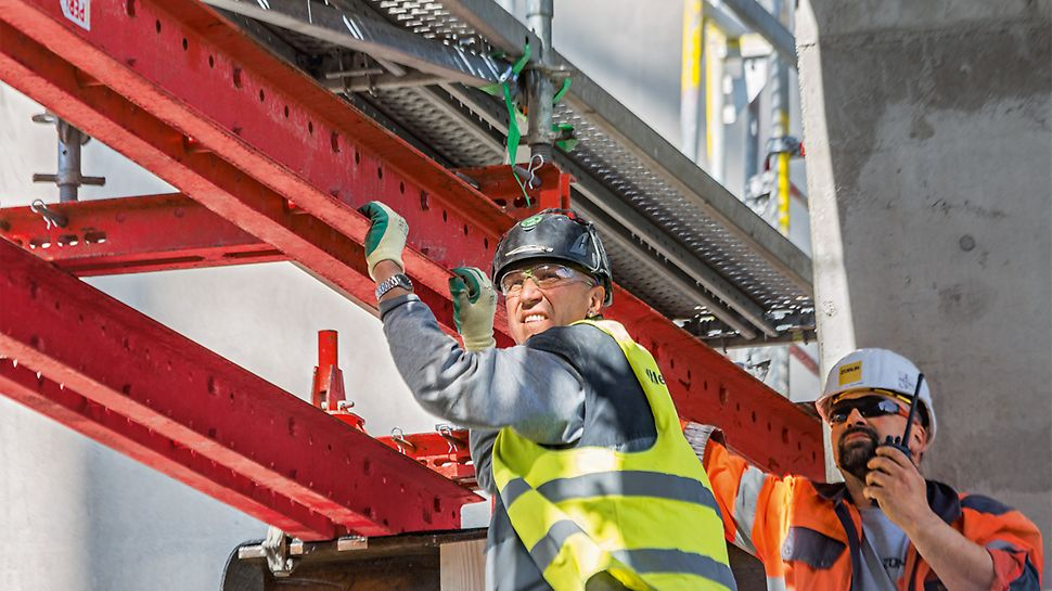 Die Baumaßnahme erfolgt inmitten des Werksgeländes während des laufenden Betriebs. Nach dem zu Projektbeginn erfolgten Abriss des ersten, über 50 Jahre alten Lepolofens stehen nur 18 Monate für die komplette Errichtung der neuen Anlage zur Verfügung.