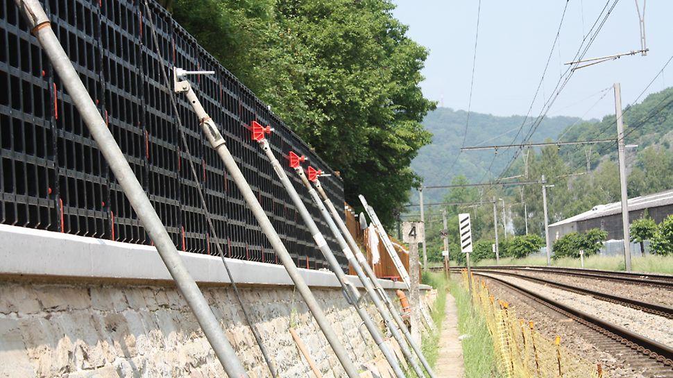 L'utilisation d'une grue n'est pas possible le long de cette réserve ferroviaire étroite pour la pose d'une cloison. L'utilisation des panneaux PERI DUO a été retenue comme solution idéale.