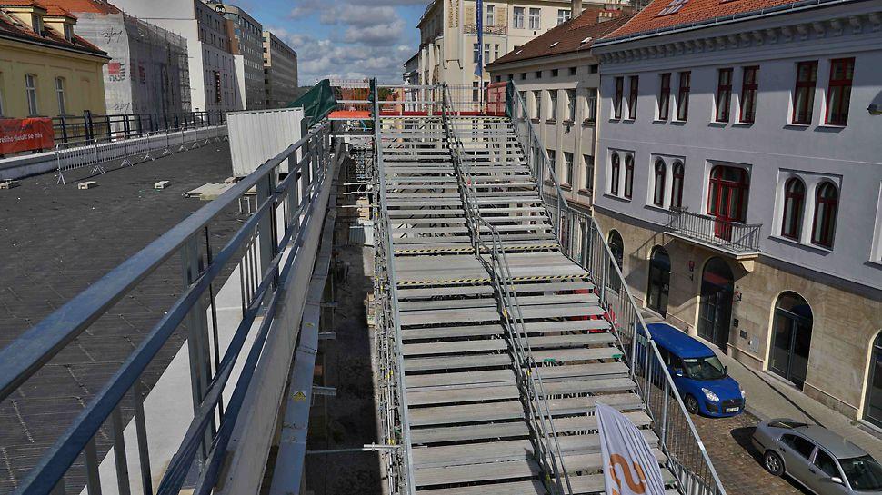 Schodiště PERI UP Public s šířkou 4 m sloužilo v Den otevřené stavby veřejnosti pro výstup na most.