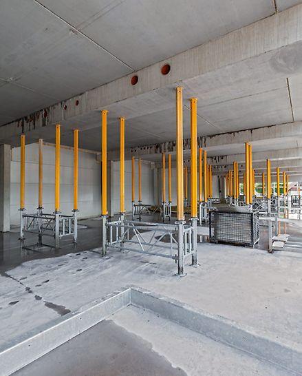 Raum, in dem die Decken und Unterzüge mithilfe der MULTIPROP Deckenstützen in Form von Lastentürmen aus MRK Rahmen gestützt werden.