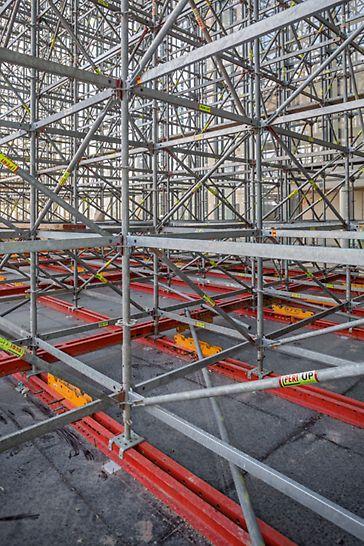Progetti PERI - Centro culturale Fondazione Stavros Niarchos  - Per resistere alle sollecitazioni sismiche, il sistema PERI UP era poggiato su una struttura VARIOKIT per la ripartizione dei carichi