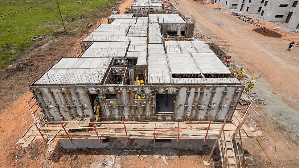 Die monolithische Bauweise mit der UNO Raumschalung erlaubt die industrialisierte Herstellung des Rohbaus. Die Installationsarbeiten finden gleichzeitig mit dem Einbau der Bewehrung statt.