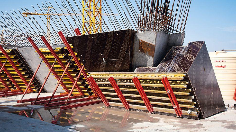 Zur Herstellung der komplexen, gekrümmten Stahlbetonwände mit unterschiedlich großen Aussparungskästen und variierenden Wanddicken wurden maßgeschneiderte 3D-Sonderschalungselementen eingesetzt.