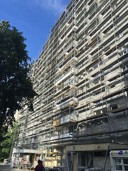 Schelă de fațadă PERI UP T72 dispusă pe o înălțime de 36,0m pentru reabilitarea termică a imobilului Bloc V10.