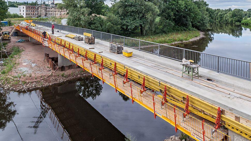 Radwegbrücke Frankenberg mit PERI VARIOKIT Gesimskappenkonsolen und dem PROKIT Seitenschutz.