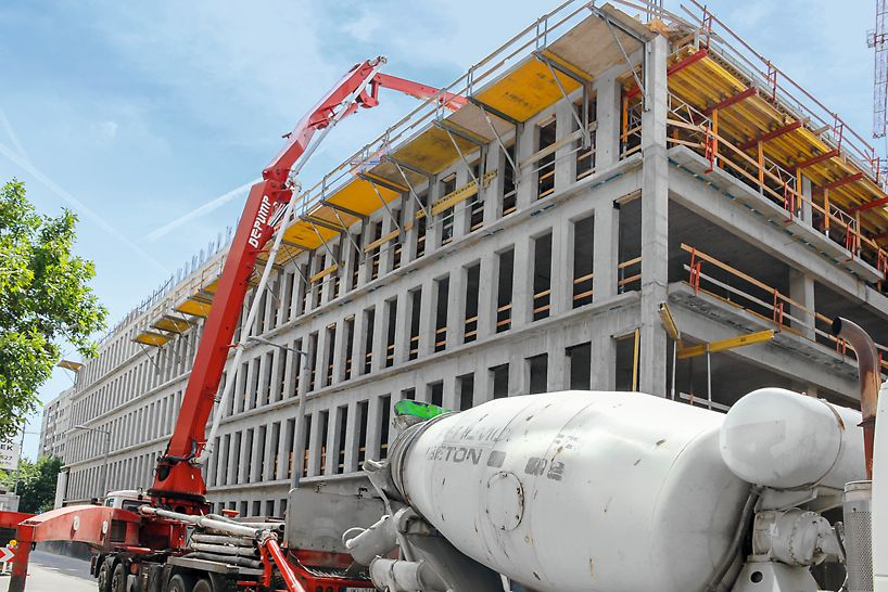 A külső homlokzati falakon univerzális FB 180 munka- és védőállványok tették lehetővé a biztonságos munkavégzést.