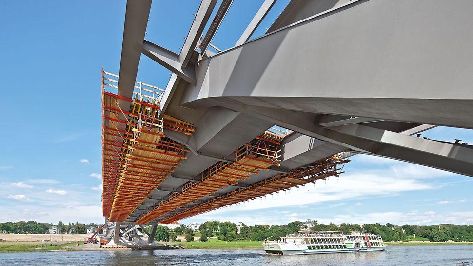 VARIOKIT composiet brugsysteem: GT 24 houten vakwerkliggers brachten de belasting over naar de bekistingseenheden en maakten grote spanwijdten met een minimale doorbuiging mogelijk.