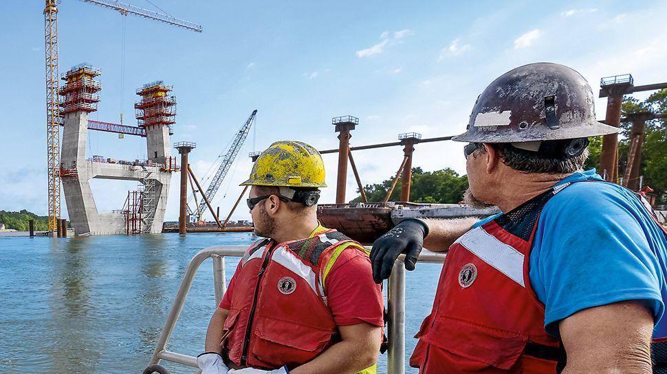 """Progetti PERI """"Ponte sull'Ohio """"East End Crossing"""", Louisville, USA"""" - Assistenza continua al cantiere e servizio di progettazione competente: la soluzione PERI prevedeva anche una passerella di collegamento tra i due ritti dei piloni"""