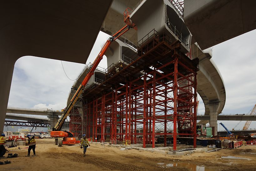 VARIOKIT working platform incorporated to allow access to the underside of the bridge segments