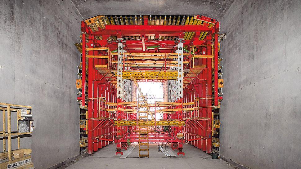 Se dvěma stropními bednicími vozy mohl být strop tunelu vyráběn ve stejném pracovním rytmu jako stěny, betonářskými záběry dlouhými 12 m. Nosnou část vozu tvořily dva podpěrné rámy s hydraulickými zvedáky a podpěrná stěna z vysokopevnostních podpěr HD 200. Díky teleskopickým nosníkům bylo možné vůz plynule přizpůsobit různým šířkám v širších místech. Výškové změny, až do rozdílu 2,60 m, byly vyrovnávány hydraulickým válcem.