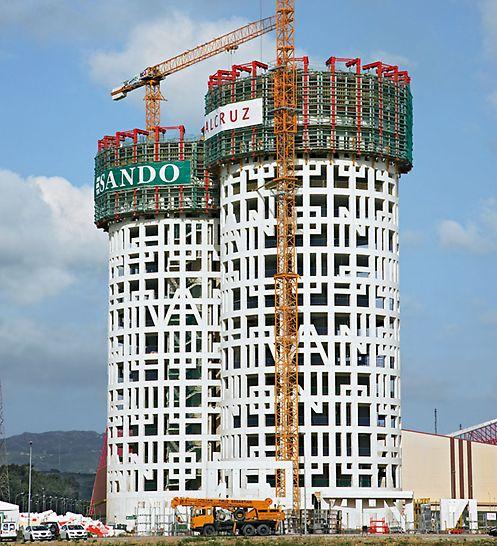 Obchodní centrum Herkulovy věže: Při výrobě kruhové betonové stěny s tloušťkou 40 cm a vnějším poloměrem 25 m šplhalo stěnové nosníkové bednění VARIO GT 24 směrem vzhůru na šplhavých lávkách ACS.