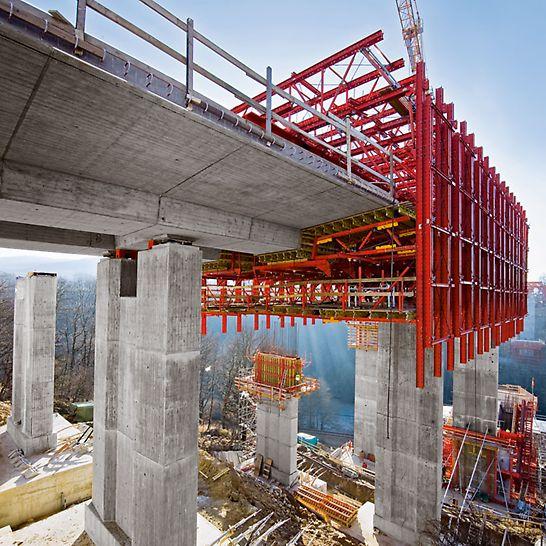 Autobahnbrücke Oparno, Tschechien - PERI greift bei der Herstellung der Brückenbauteile auf weitgehend mietbare Baukastensysteme zurück.