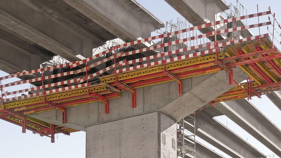 Subconcessão do Pinhal Interior - Lote 10 - Obras de Arte Especiais (V1, V2 e V3) - V2 (Rib.ª da Mata) - Plataformas de trabalho PERI VARIO nos capitéis. Torre de escadas PERI UP ROSETT.