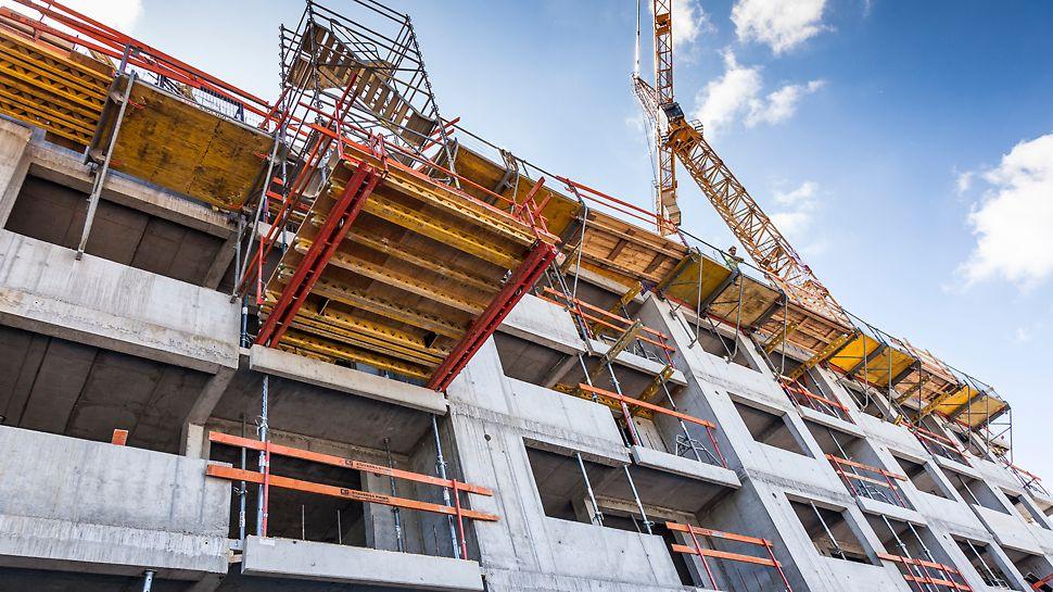 Bytový dom Fuxova ulica, Bratislava, Slovensko - Schodisková veža na plošine VARIOKIT pre výstup pracovníkov.