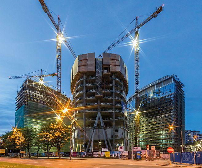 Turnul din Varșovia, Polonia : Trei structuri formează noul complex de clădiri în capitala poloneză. Turnul de 220 m cu destinație de clădire de birouri este extrem de distinctivă datorită formei sale speciale; planșeele dau o amprentă eliptică în plan,  forma lor variază de la un nivel la altul.