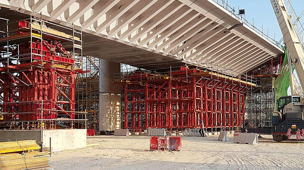 Un punct de vedere particular al proiectului: Prima desfășurare a turnurilor de esafodaj de capacitate portanta mare VARIOKIT VST din Orientul Mijlociu. Au fost utilizate la ridicarea podului principal și a drumurilor de acces la pod folosind elemente prefabricate din beton pentru a transfera sarcinile extrem de mari.