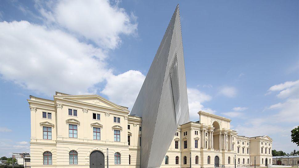 Der V-förmige Keil des Militärhistorischen Museums Dresden nimmt die Bombardierung Dresdens von 1945 symbolisch auf.