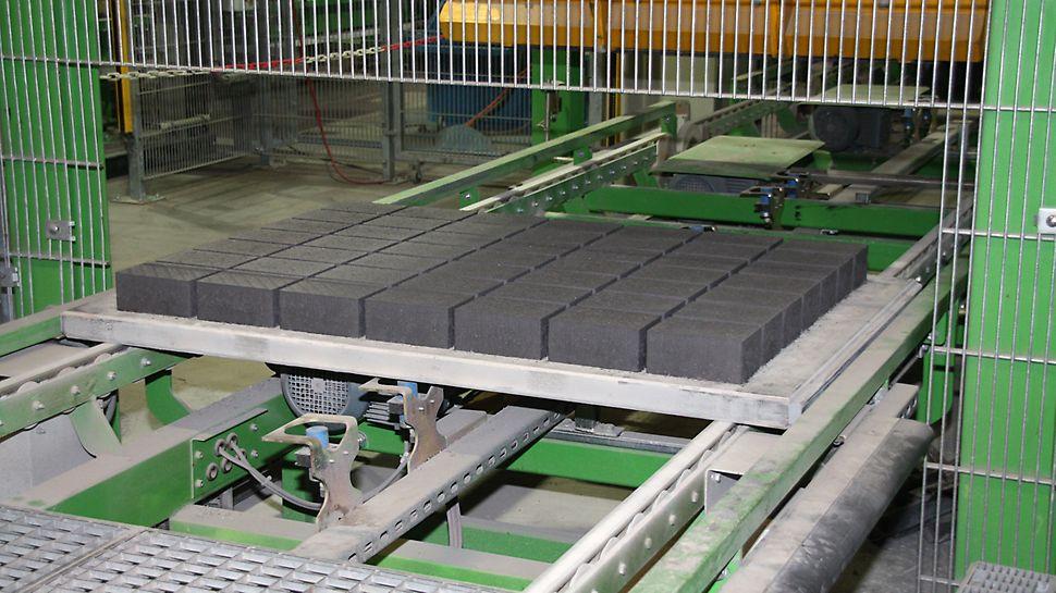 Idealnie równa powierzchnia podkładu produkcyjnego gwarantuje równomierne zagęszczanie wyrobów betonowych i ich precyzyjne wymiary.
