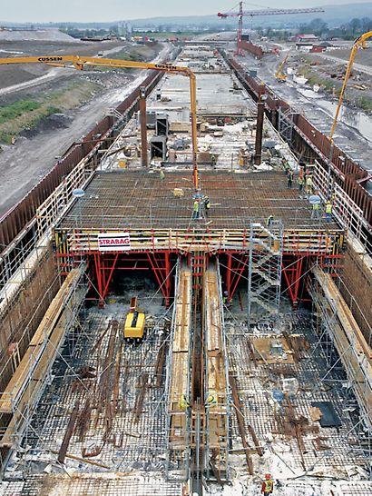 Tunel Limerick: S pomocí tunelových bednicích vozů PERI je v připraveném suchém doku vyráběno pět tunelových úseků, každý o délce 100 m.