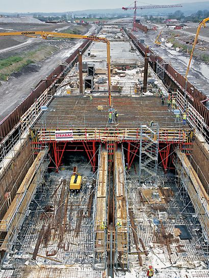 Tunnel Limerick, Ireland - Five tunnel elements - each 100 m long – were pre-fabricated in the dry dock with help of the PERI tunnel formwork carriage.