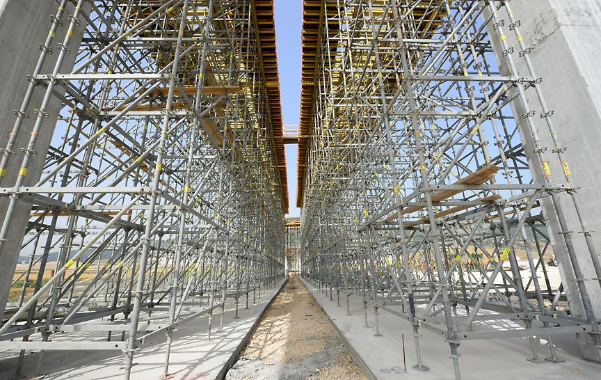 """מגדלי תמיכה מסוג פרי אפ עבור קורות הגשר בגובה 12 מ' עבור מפתח גשר של 40 מ""""א."""