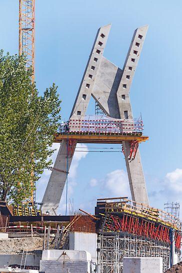 """Vijadukt željezničkog čvorišta Krakov-Płaszow - u okviru izgradnje krakovske gradske željeznice KST kao drugi odsječak gradnje izveden je asimetričan pilon vijadukta visine 40 m s kombiniranom geometrijom u obliku slova """"A"""" i """"H""""."""