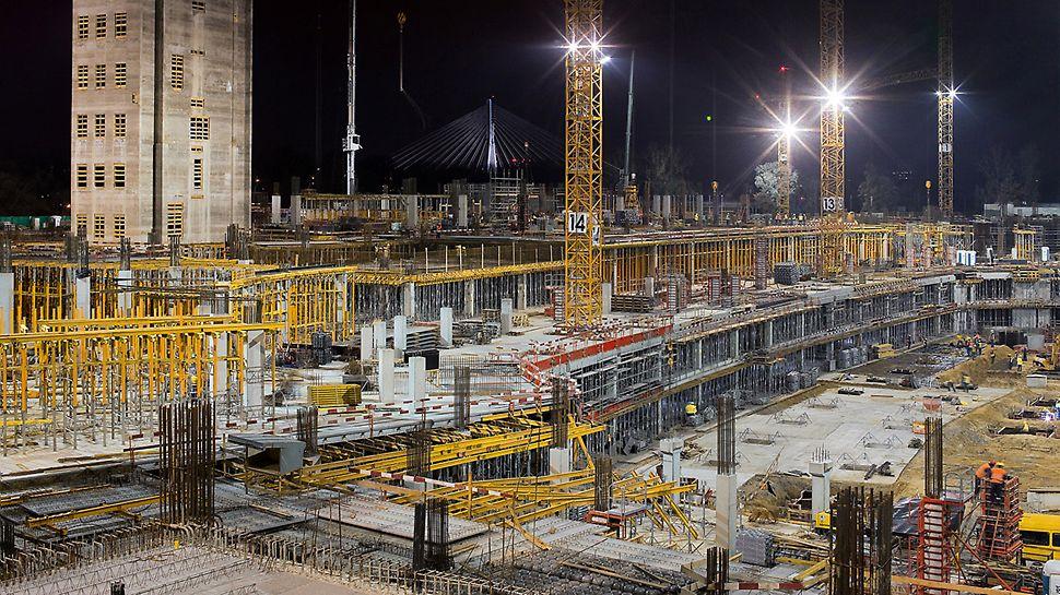 Národní stadion Varšava: Aby mohl být časový harmonogram stavby dodržen, pracovalo se téměř nepřetržitě ve dne i v noci s obrovským nasazením materiálu i personálu.