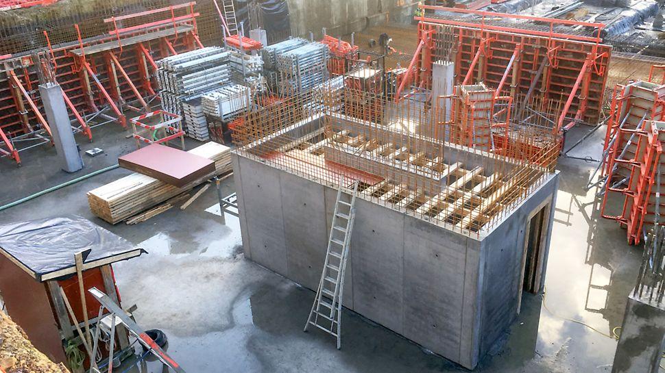 De wanden van de trapkern zijn gestort met MAXIMO en dat levert een mooi betonoppervlak op met een symmetrisch gaten- en lijnenpatroon.