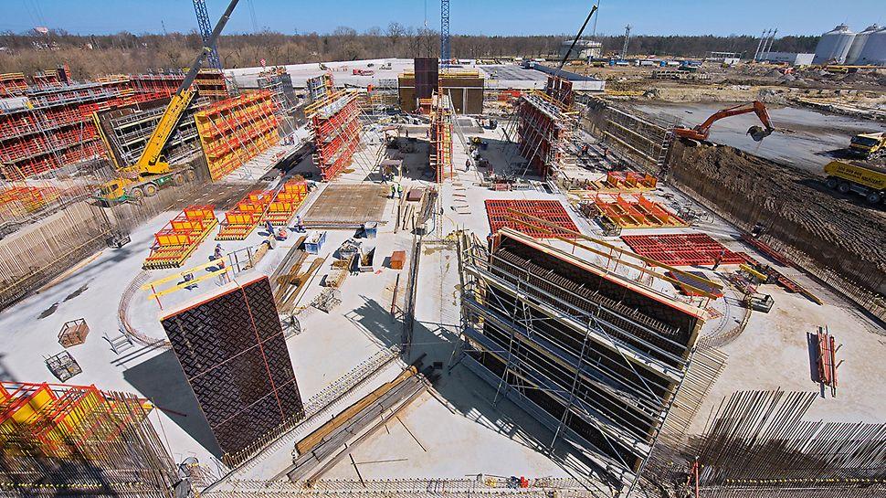 Großkläranlage Czajka, Warschau, Polen - Für die zwischen 8 und 11 Meter hohen Stahlbetonwände entwickelte PERI ein wirtschaftliches Schalungs- und Gerüstkonzept.